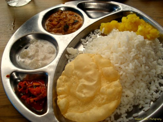 Kerala Meals - masses of rice with a few spicy extras on the side... and let's not forget the crunchy pappodum which is crumbled and mixed with the rice...