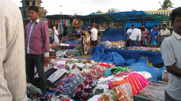 As soon as the sun is up, market stalls open to catch the many visitors...